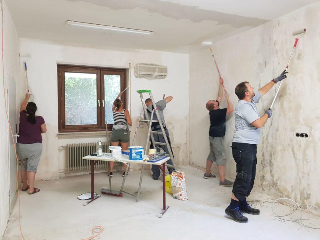Malerarbeiten in der zukünftigen Küche